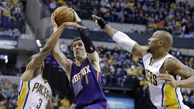 Hvězdou utkání mezi Indianou a Phoenixem byl rozehrávač Suns Goran Dragič (uprostřed).