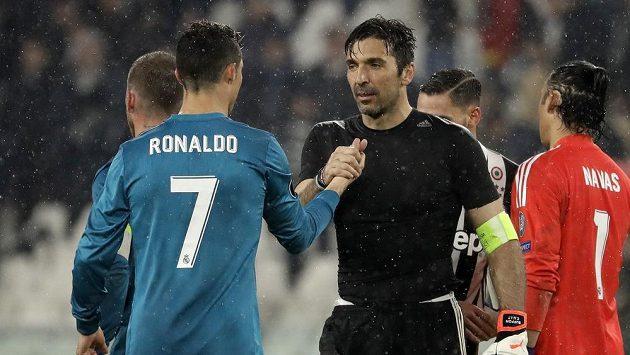 Brankář Juventusu Gianluigi Buffon (vpravo) gratuluje Cristianu Ronaldovi z Realu k vítězství a skvělému výkonu.