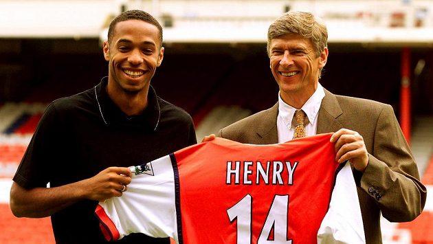 Thierry Henry a Arséne Wenger na archivním snímku ze srpna 1999.