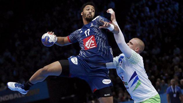 Francouzský házenkář Timothey N'Guessan střílí v semifinále MS proti Slovinsku.