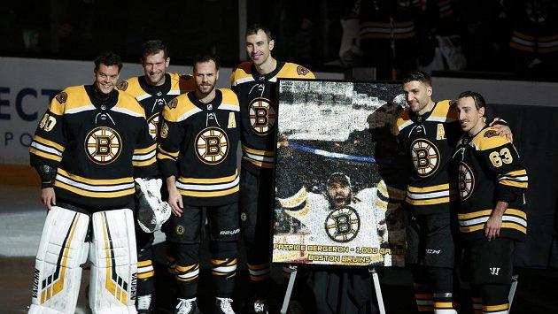 Ceremoniál před začátkem duelu celku Boston Bruins při příležitosti oslavy 1000. startu v NHL v podání Patrice Bergerona (druhý zprava).