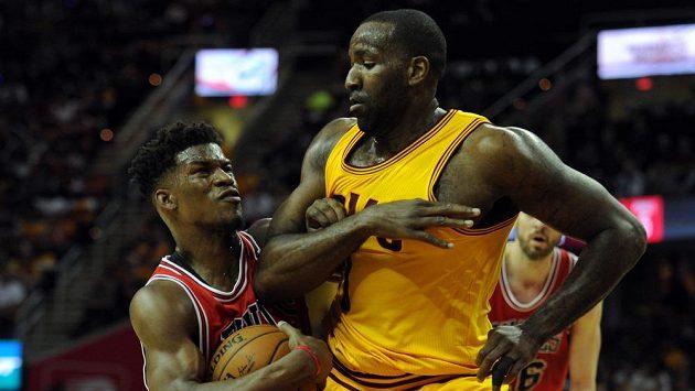 Basketbalista Chicaga Bulls Jimmy Butler (21) se snaží přejít přes Kendricka Perkinse (3) z Clevelandu v play off NBA.