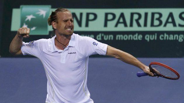 Německý tenista Peter Gojowczyk se raduje z vítězství nad Jo-Wilfriedem Tsongou ve čtvrtfinále Davis Cupu.