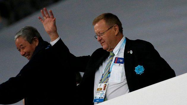 Viceprezident MOV John Coates (vpravo).