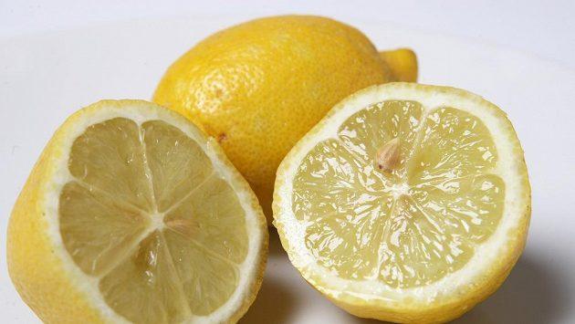 Máte problém s kůží na patách? Zkuste do své péče zařadit i citrón.
