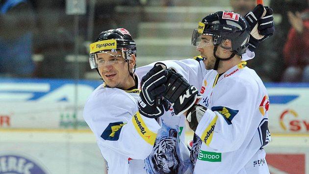 Liberecký Branko Radivojevič (vlevo) slaví s Davidem Kajínkem svůj gól proti Pardubicím.