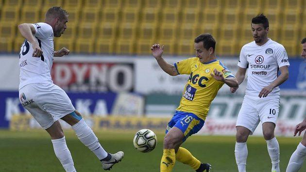 Vlastimil Daníček (vlevo) ze Slovácka v souboji o míč s Aloisem Hyčkou v dresu Teplic v utkání 26. kola Fortuna ligy.
