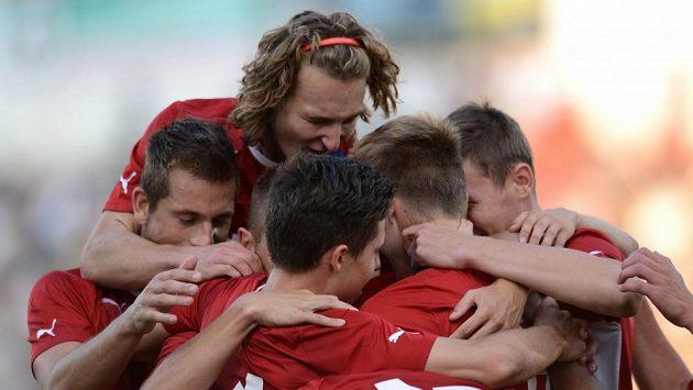 Hráči české reprezentace do 21 let oslavují jediný gól přátelského utkání mezi U21 ČR a Nizozemí.