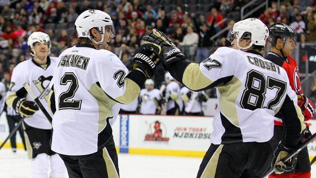 Sidney Crosby (vpravo) se raduje z gólu do sítě Devils.