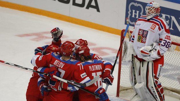 Ruská radost na Channel One Cupu při utkání v Moskvě. Brankář Dominik Furch opět inkasoval.