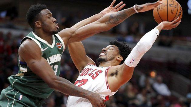 Basketbalista Milwaukee Bucks Thanasis Antetokounmpo se snaží ubránit Otto Portera Jr. z Chicaga během přípravného utkání na nový ročník NBA.