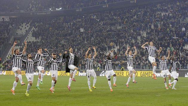 Fotbalisté Juventusu slaví s fanoušky vítězství nad FC Turín.