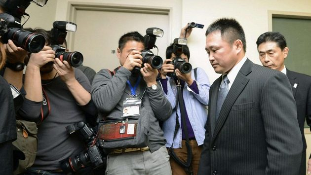 Odstupující trenér japonských judistek Rjudži Sonoda (druhý zprava).