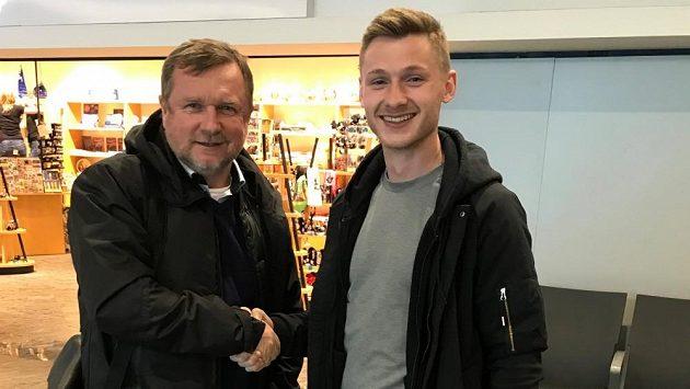 Jakub Brabec (vpravo) podepsal smlouvu s Plzní na letišti, kde nechyběl ani trenér Pavel Vrba.