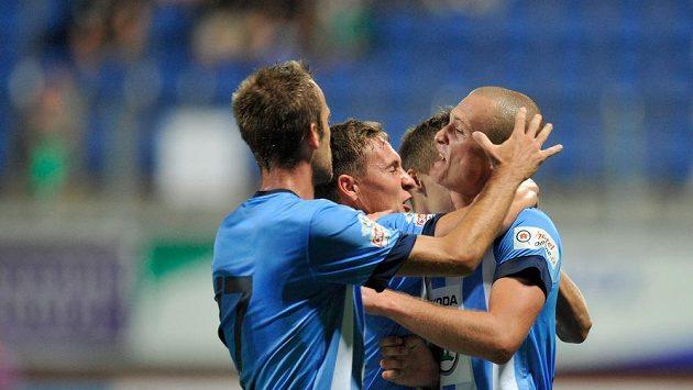 Martin Nešpor z Mladé Boleslavi (vpravo) se raduje se spoluhráči z vyrovnávacího gólu v utkání s Olomoucí.