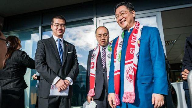 Prezident čínské firmy CEFC a předseda dozorčí rady Slavie Čchan Čcha-tuo (vpravo)
