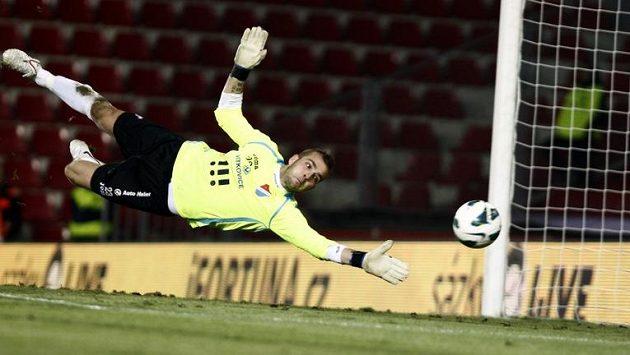Brankář Ostravy Antonín Buček se marně natahuje za gólovou střelou.