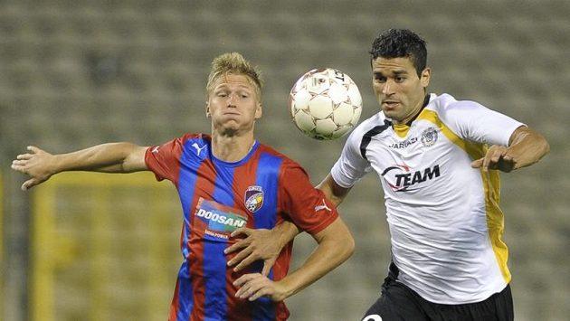 Václav Procházka z Plzně (vlevo) bojuje o míč s Hamdi Harbaouim z Lokerenu.
