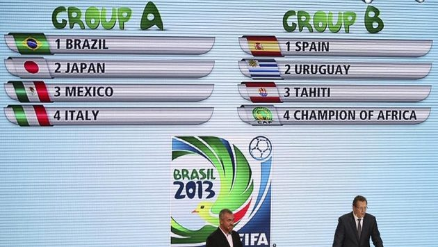 Generální sekretář Mezinárodní fotbalové unie (FIFA) Jerome Valcke (vpravo) během losu fotbalového Poháru FIFA v brazilském Sao Paulu.