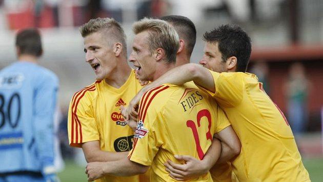 Fotbalisté Dukly se radují z gólu.
