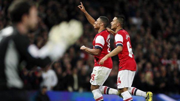 Alex Oxlade-Chamberlain (uprostřed) a Nico Yennaris (vpravo) z Arsenalu slaví gól do sítě Coventry City.