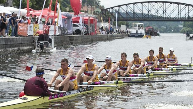 Vítězná osma mužů z Dukly.