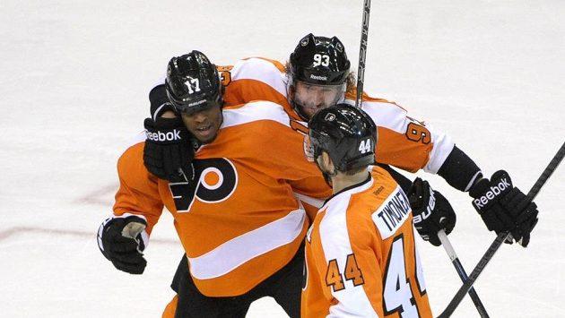 Hokejisté Philadelphie Jakub Voráček (uprostřed) a Kimmo Timonen (vpravo) se radují se spoluhráčem Waynem Simmondsem z jedné ze tří branek.