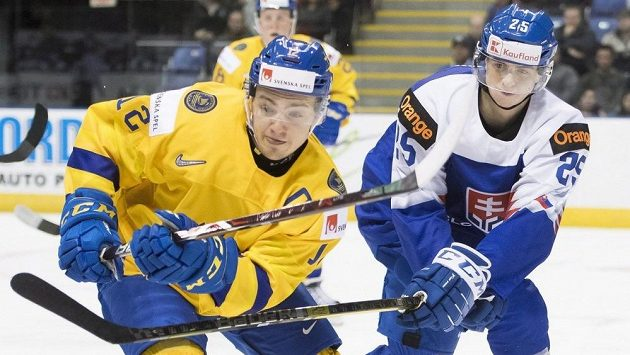 Slovenský útočník Martin Pospíšil (25) v souboji se Švédem Erikem Branströmem.