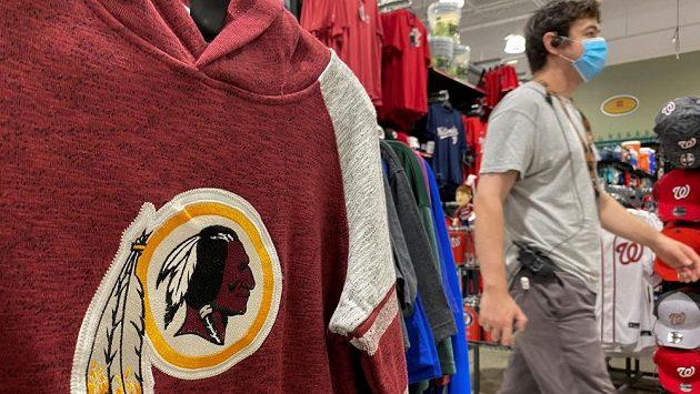 Sportovní oblečení s dosavadním znakem Washingtonu Redskins. Ilustrační foto.