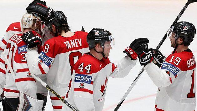 Hokejisté Kanady se radují z výhry nad Francií.