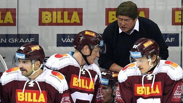 Trenér František Výborný na střídačce hokejistů Sparty.