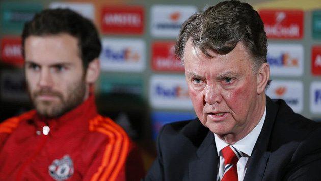 Trenér Manchesteru United Louis van Gaal (vpravo) a Juan Mata před odvetným zápasem s dánským Midtjyllandem.