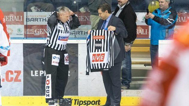 Stanislav Barvíř (vlevo) přebírá dres s číslem 1000.