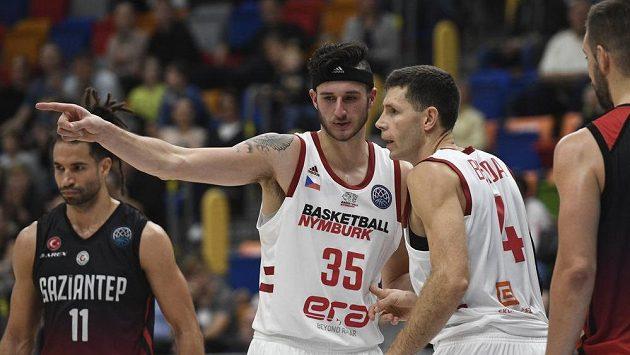 Zleva Zach Hankins a Petr Benda z Nymburkav utkání proti Gaziantep Basketbol.