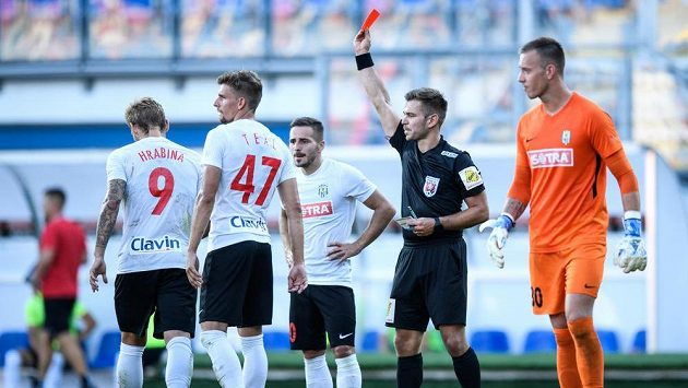 Rozhodčí Alex Denev vylučuje Matěje Hrabinu z Opavy během utkání 1. kola Fortuna ligy na hřišti Viktorie Plzeň.