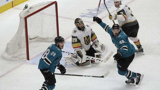 Brankář Vegas Golden Knights Marc-André Fleury smutní po jedné z branek během sedmého duelu se San Jose Sharks.