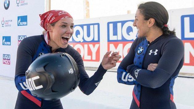 Vysmátá Lolo Jonesová (vlevo) vedle Eleny Meyersové.