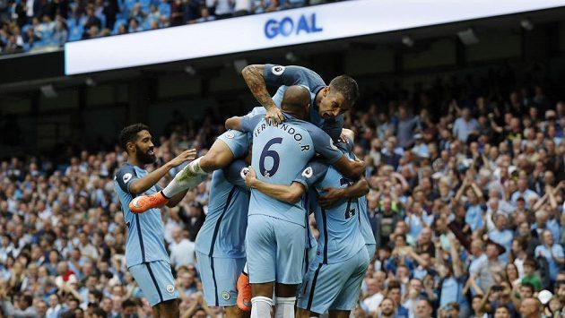 Fotbalisté Manchesteru City se radují z branky proti West Hamu.