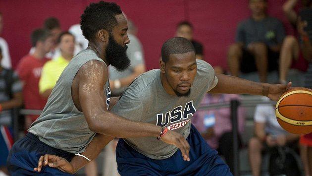 Kevin Durant (vpravo) při tréninkovém kempu před MS v souboji s Jamesem Hardenem.