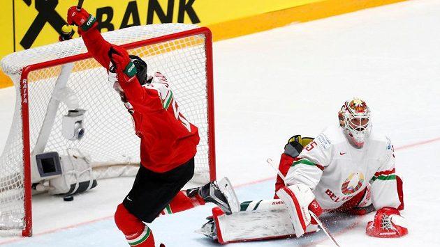 Andrew Sarauer z Maďarska se raduje po gólu proti Bělorusku.