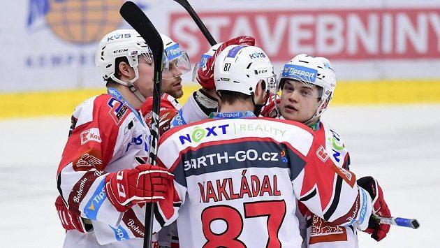 Hokejisté Pardubic oslavují gól.