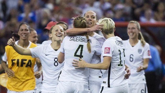 Fotbalistky Spojených států se radují z gólu proti Německem.