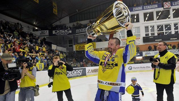 Zlínský kapitán Petr Čajánek slaví mistrovský titul, jeho tým bude hrát Ligu mistrů.
