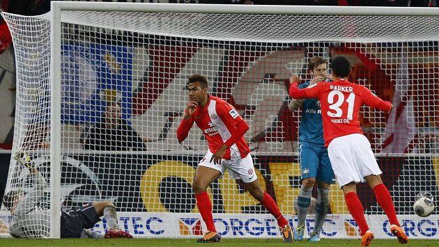 Erik-Maxim Choupo Moting (druhý zprava) slaví gól proti Eintrachtu Frankfurt.