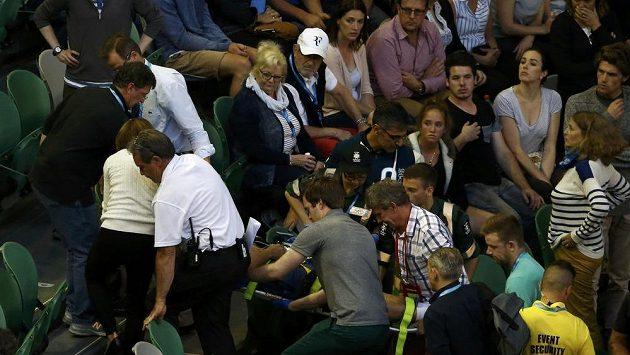 Nepříjemná situace v Areně Roda Lavera. Trenér Any Ivanovičové Nigel Sears zkolaboval a musel být převezen do nemocnice.