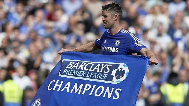 Fotbalista Chelsea Gary Cahill s vlajkou pro nové šampióny Premier League.