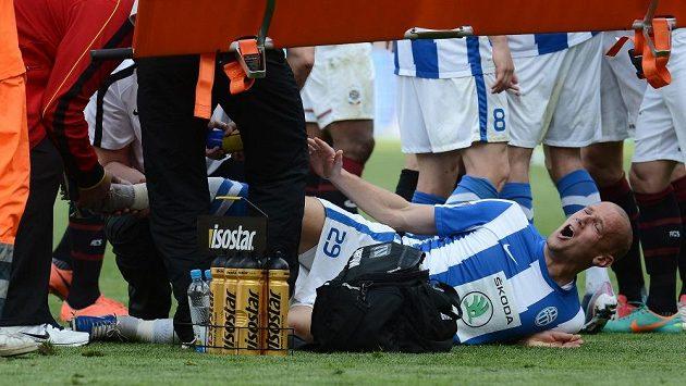 Boleslavský obránce Radek Dosoudil se svíjí na zemi po ošklivém zákroku od Sparťana Kweukeho. Dosoudil utrpěl dvojnásobnou zlomeninu nohy.