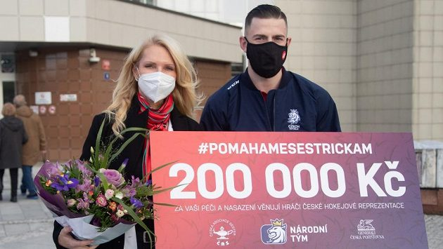 Kapitán hokejové reprezentace Filip Hronek předal prezidentce České asociace sester Martině Šochmannové symbolický šek na 200 tisíc korun.