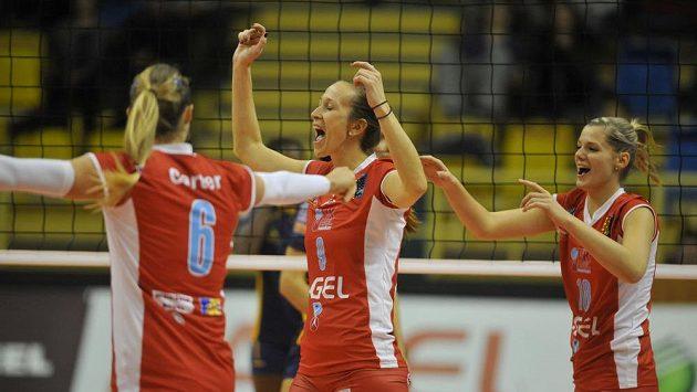 Radost hráček Prostějova. Zleva Katie Carterová, Sonja Borovinšeková a Pavla Vincourová.