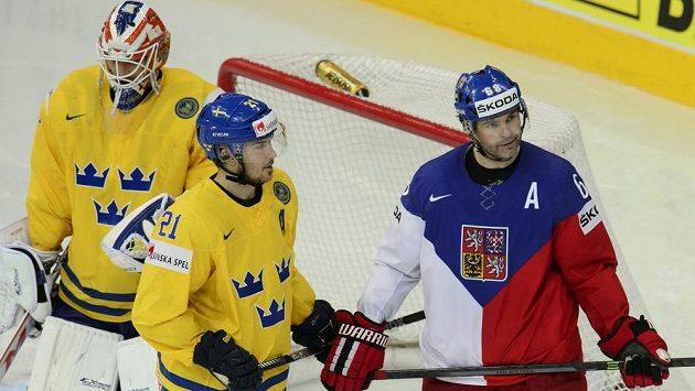 Utkání o bronz na hokejovém MS mezi Českem a Švédskem. Zleva švédský brankář Anders Nilsson, Jimmie Ericsson ze Švédska a český reprezentant Jaromír Jágr.